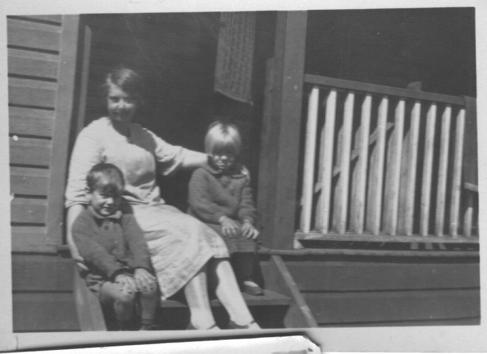 Grace Slapp with two unknown children at Catherine Hill Bay